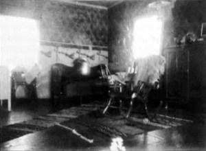 Sisäkuva Aukusti Kylmämaan pirtistä vuodelta 1941.