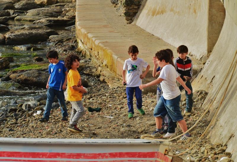 Pikkupoikia pelaamassa jalkapalloa