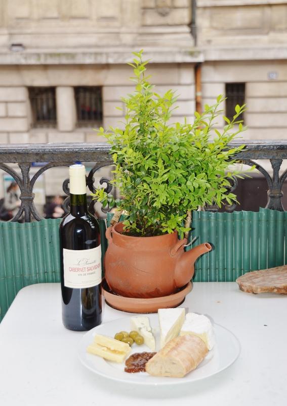 Aamiainen parvekkeella Pariisissa