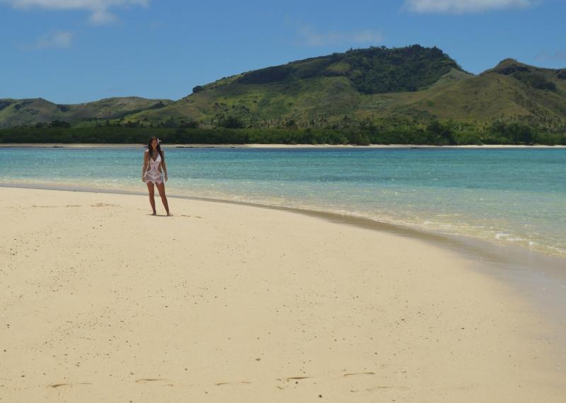 Autiolla rannalla Fidzin Yasawalla