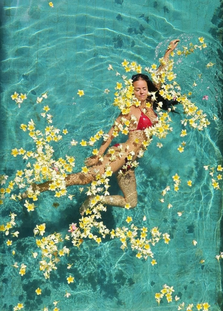 Huvila omalla uima-altaalla Balilla