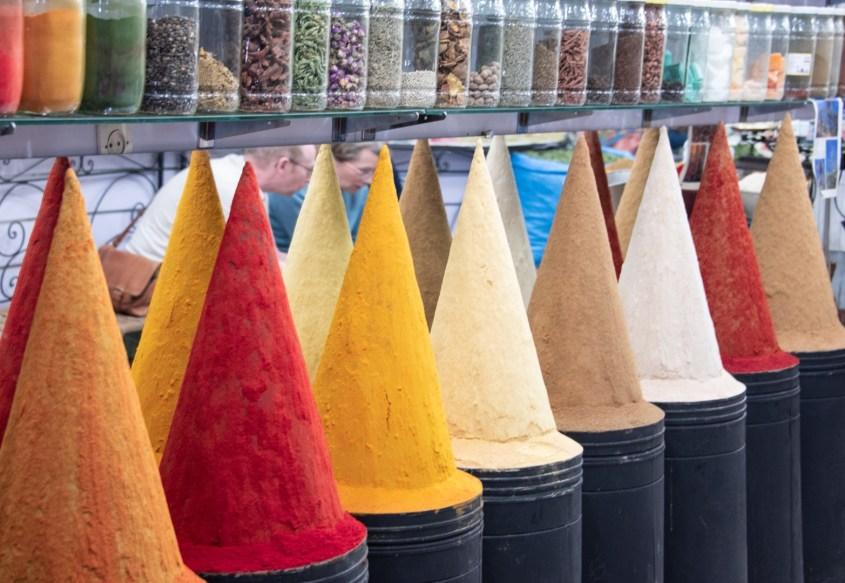 maustepinoja marrakeshin soukissa
