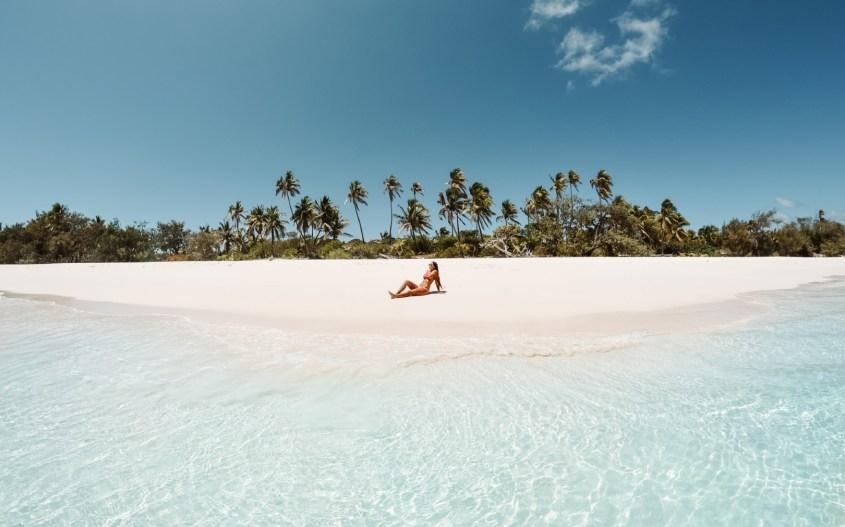 Muuttolintu -matkablogi | Tyttö makaa palmurannalla.