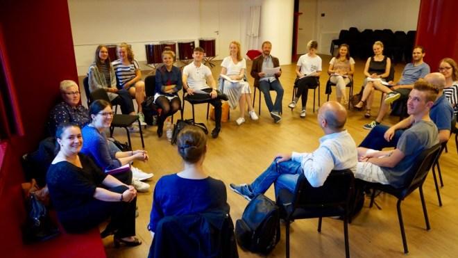 18 von weit über 40 Kursleiterinnen und Kursleitern der 25. Musikalischen Werkstätten 2017 beim Gespräch zur Vorbereitung des Abschlusskonzerts im FEZ