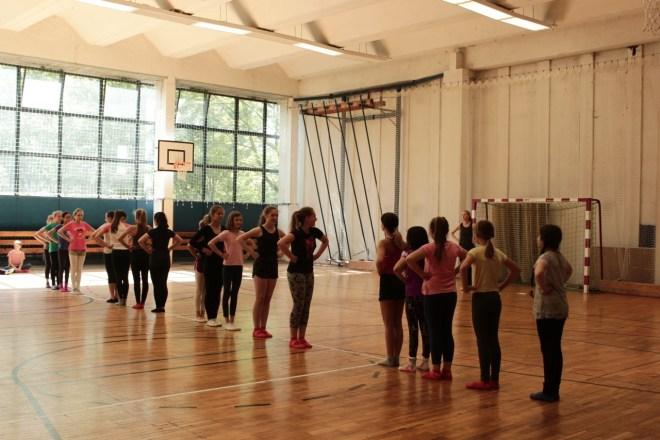 Die Schülerinnen bei der Tanzprobe.