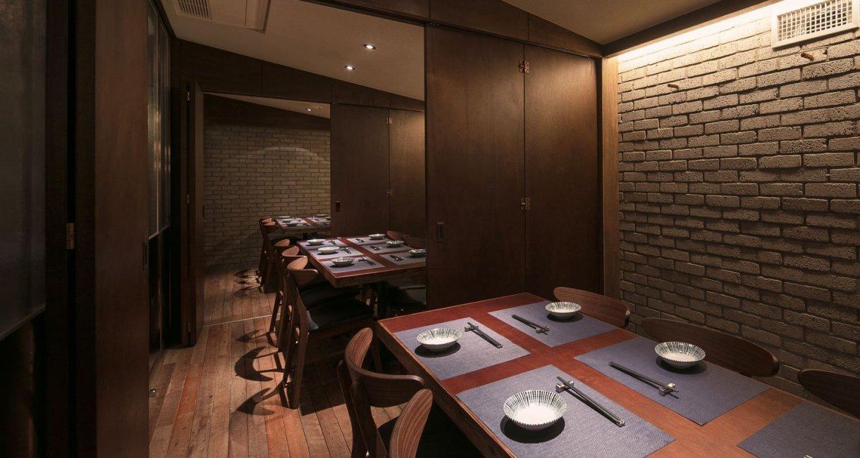 wooden-interior-korean-restaurant-GwangHwaMunHaeMu-tables