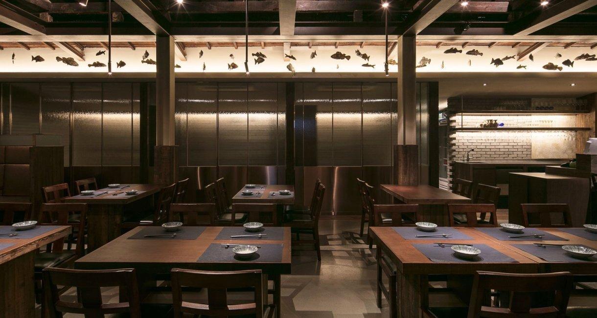 wooden-interior-korean-restaurant-GwangHwaMunHaeMu-walnut