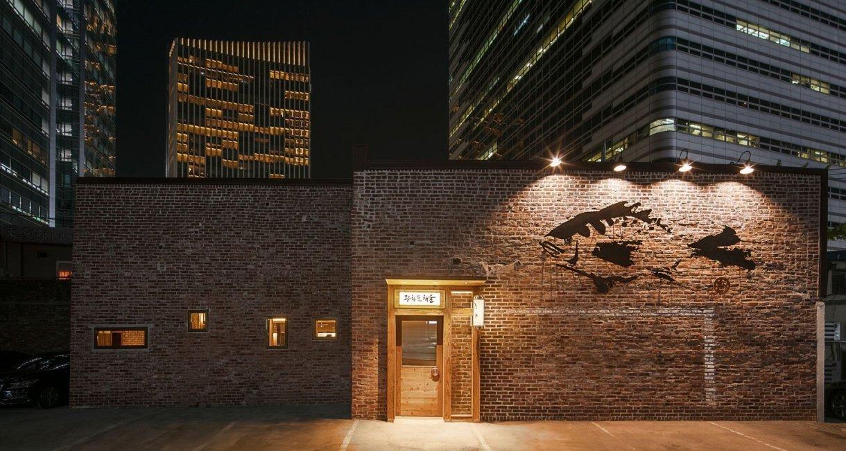 wooden-interior-korean-restaurant-GwangHwaMunHaeMuloarking