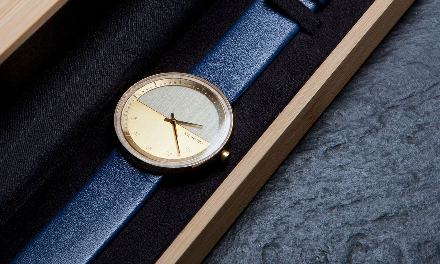 wooden-watch-Maple-wood-stainless-steel-gold-finish-3