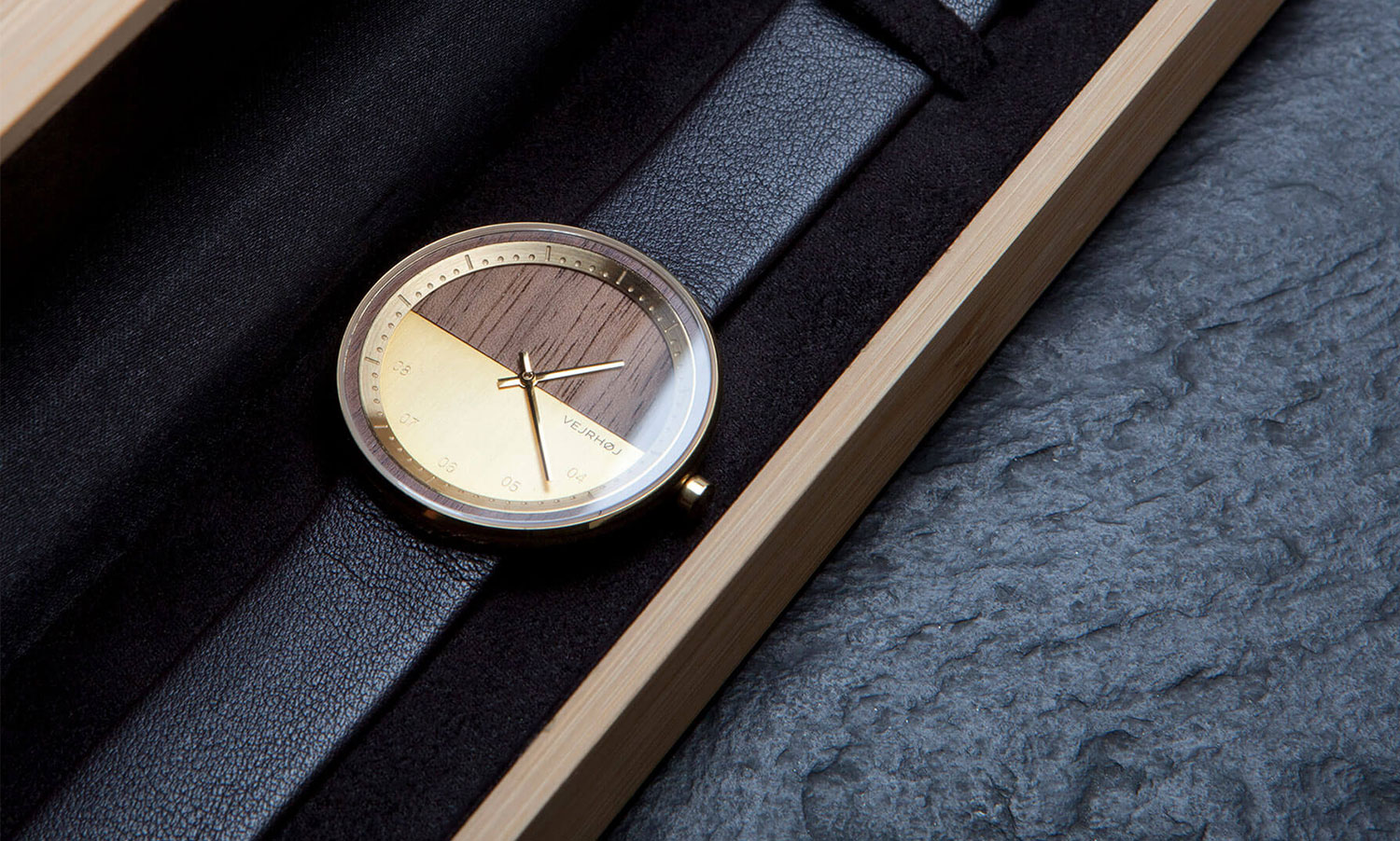 wooden-watch-Walnut-wood-stainless-steel-gold-finish-7