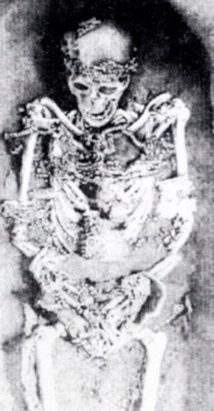 Возрасен човек, најден во Сунгир, Русија, погребан пред 25.000 години со накит од школки и животински заби и мониста од слонова коска на облеката