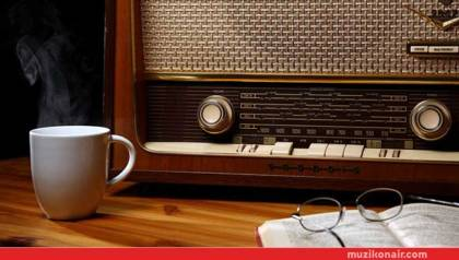21. Yüzyıl'da Radyo Dinleyen İnsan