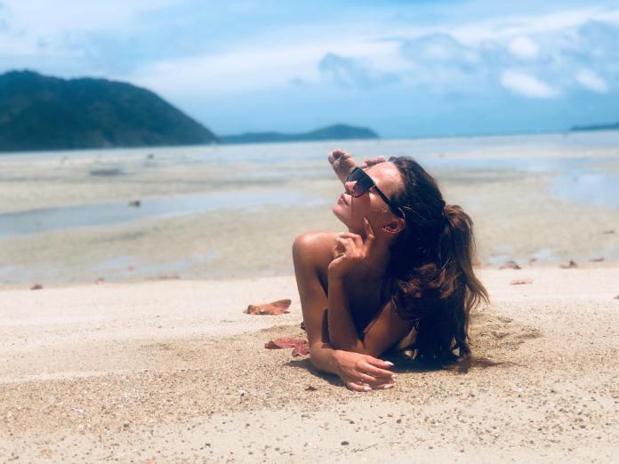 Natalia Szroeder wije się na piasku! Zobacz seksowny i zmysłowy taniec!