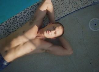 Charlie Puth bez koszulki nad basenem
