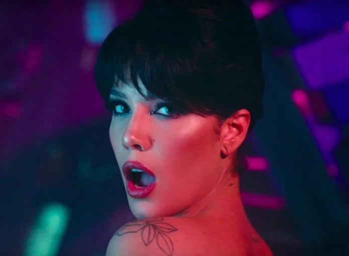 Halsey ROZBIERA się w seksownym w klipie