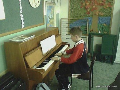 Artur Pieróg przy pianinie.