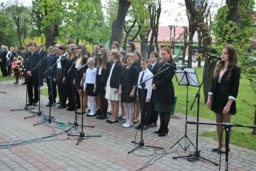 Występ uczniów NSM I st. w Sokołowie Małopolskim z okazji uroczystości 3-go Maja 11150266_833040440119373_4898214415286645852_n