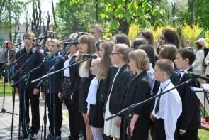 Występ uczniów NSM I st. w Sokołowie Małopolskim z okazji uroczystości 3-go Maja 11150531_833040823452668_8171913512307848042_n