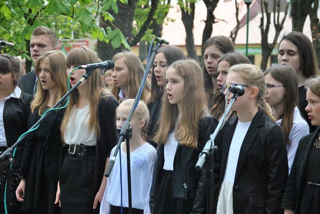Występ uczniów NSM I st. w Sokołowie Małopolskim z okazji uroczystości 3-go Maja 11218697_833040686786015_2124860832730314549_n