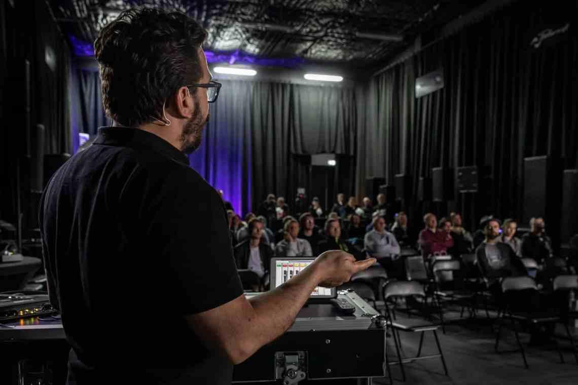 Część teoretyczna prezentacji odbyła się w nowym showroomie firmy SoundTrade.