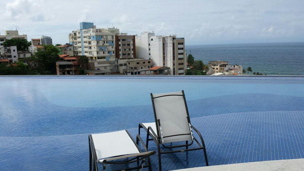 Foto da vista da piscina do Celebration Garibaldi, localizado no bairro da Garibaldi, em Salvador.