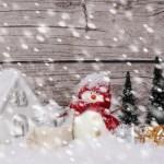 schneemann-mit-geschenken-schnee