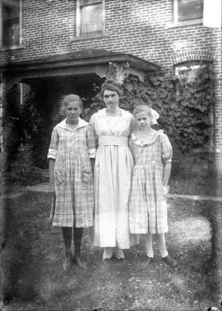 photo of Unidentified Women-1915