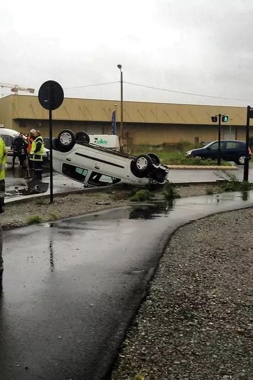 Une voiture a fini sa course sur le toit ce mercredi matin dans le quartier de la Courrouze, à Rennes.