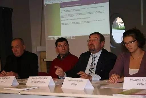 Jean-Paul Hennin (3e en partant de la gauche) fustige le rapport Thévenoud.