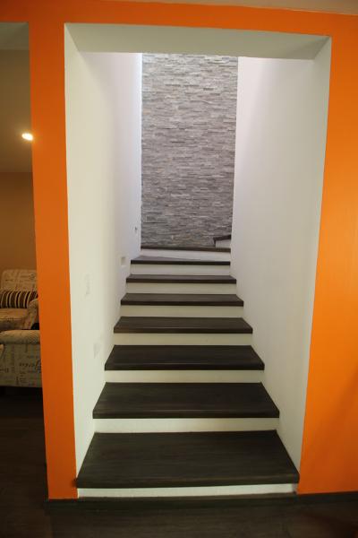 Foto Escalera Con Piso De Duela Y Muro Con Acabado En