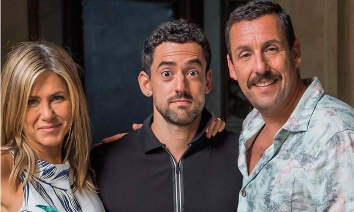 Qué hace Luis Gerardo Méndez con Jennifer Aniston y Adam Sandler?