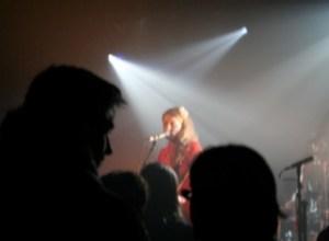 Maria Timm til den anden koncert på mini-turnéen i Belgien. Også her var der mange mennesker. (Foto: Sara Krogager)