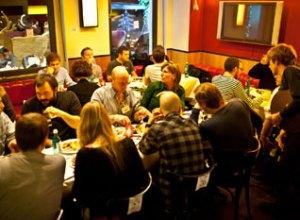 Hver en plads besat - med mad og udveksling af synspunkter og visitkort
