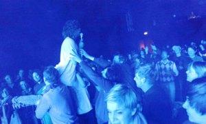 Også wiener-publikummet blev genstand for Mads Damsgaard berømte crowd-surf. Og med store smil, som det ses. (Foto: Niko).