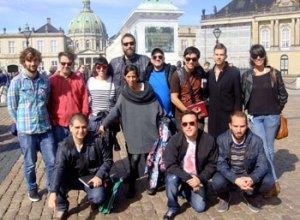 Hele det spanske hold - med projektleder Anders Meisner i baggrunden -  på Amalienborg Slotsplads Foto: Astrid Horndrup Nielsen