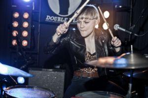 Maria Jutunen håndterer trommerne i Nelson Can. (Foto: Louise Koustrup)