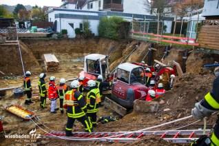 Verschütteter Bauarbeiter in einer Baugrube am 3.11.2015 in Kelkheim in der Lorsbacher Straße