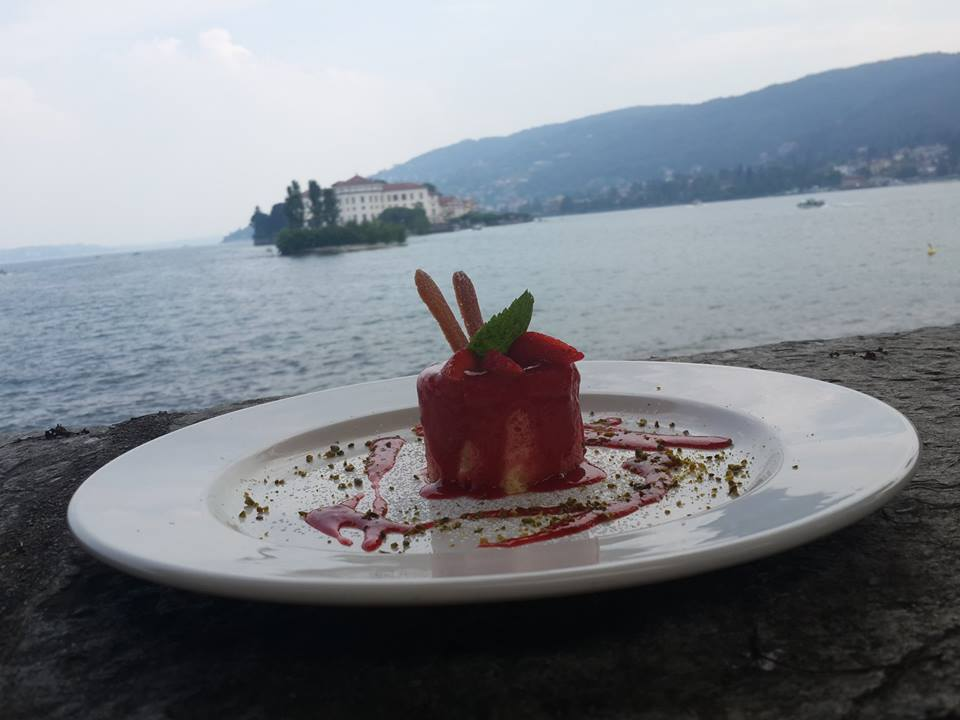 A luxury lunch on the lake