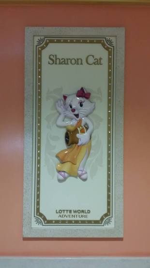 Although I would like to say that Sharon Cat is an instigator (like woody woodpecker), Sharon Cat is much beloved at the theme park in the mall