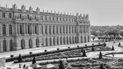 courtyard-architecture-exterior-chateau-de-versailles-france-black-white-chuck-kuhn