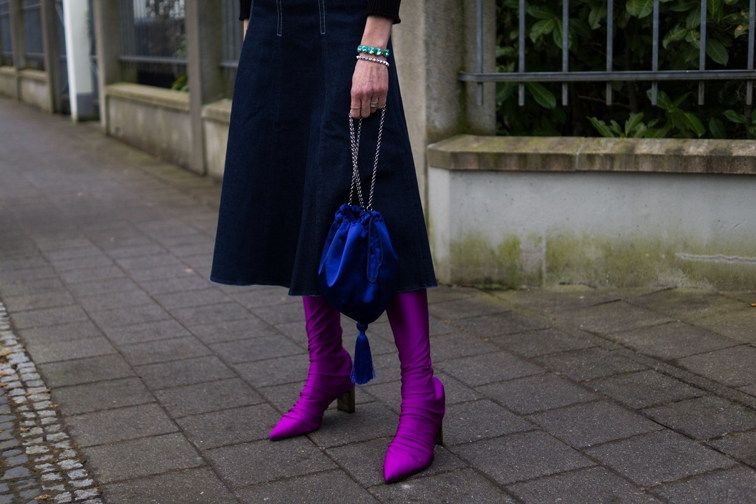 Roxanne Assoulin bracelet and Marc Cain purple overknees