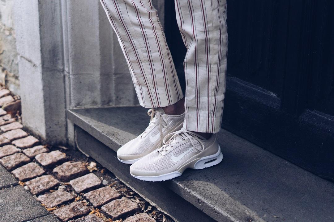 Nike Sneakers zum gestreiften Hosenanzug