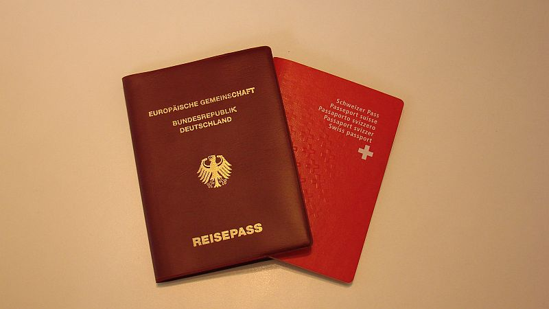 Немецкий паспорт и швейцарский паспорт