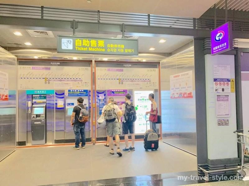 桃園国際空港から空港MRTで新幹線桃園駅に向かう