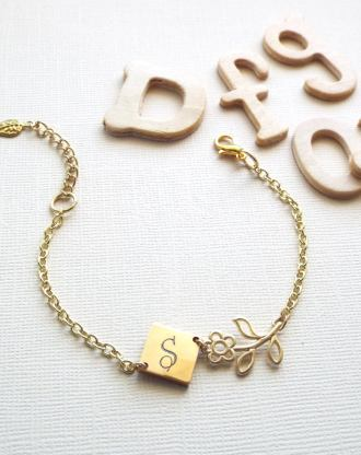 Gold Initial bracelet, Flower bracelet, Custom name Jewelry, Bridesmaid gift for mom, personalized initial charm bracelet, wedding jewelry