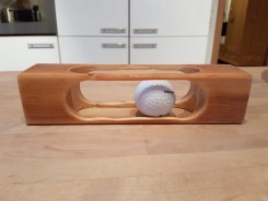 golfball-im-holz-liegend