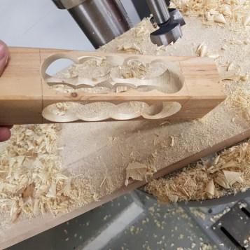 kantholz-bearbeitet-mit-forstnerbohrer