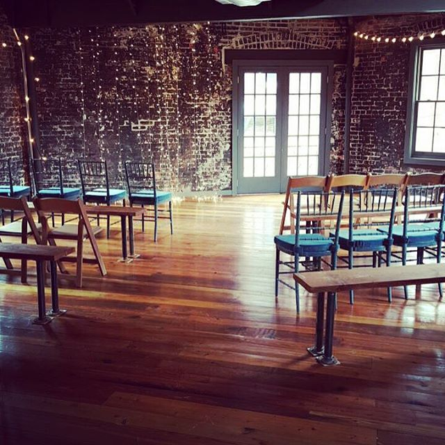 Digging this eclectic ceremony seating @toolboxpilatesartstudio with @spilledmilkdc. #industrial #dc #dcwedding #eclectic #vintagerentals #acreativedc #events #eventstyling