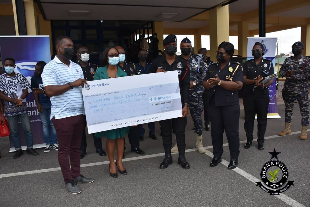 A Policeman who returned GHS2,000 ATM cash to a bank receives a big reward