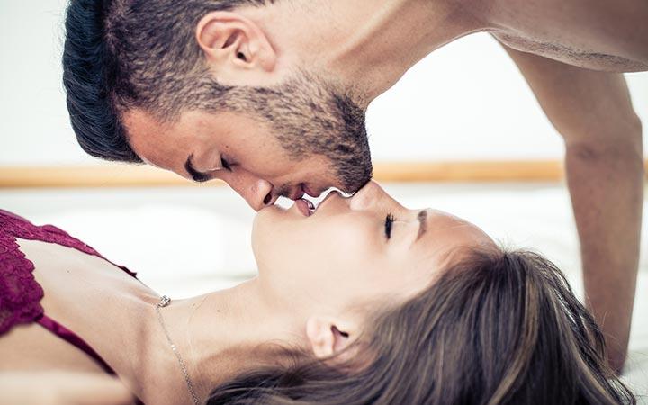 Легкое касание губ губами